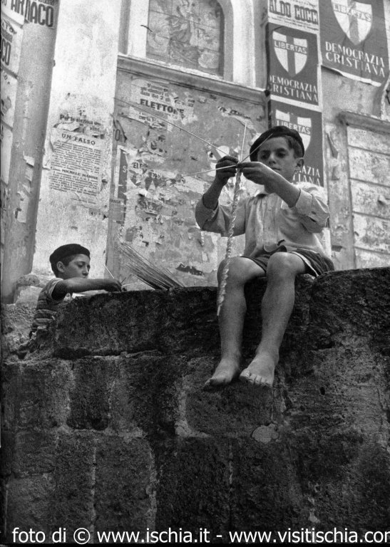 Amato Ischia.it - Foto antiche di Ischia - Bambini che giocano in strada KP41