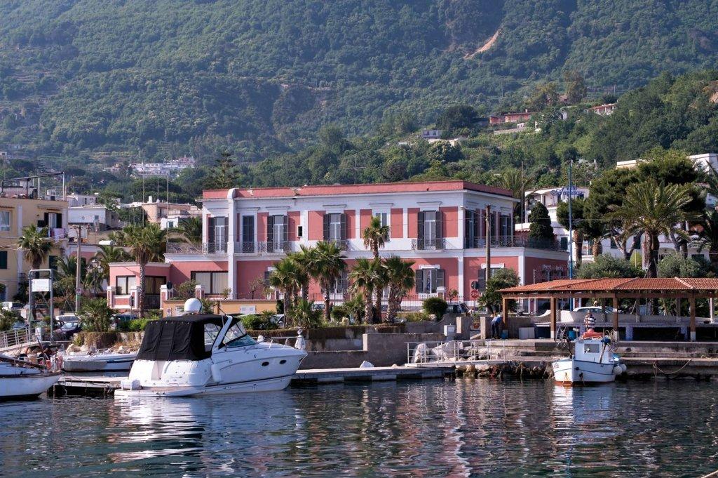 http://www.ischia.it/images/phocagallery/hotel_4_stelle/villa_svizzera/thumbs/phoca_thumb_l_villa%20svizzera%2011.jpg
