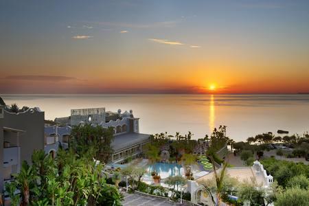 Sorriso Thermae Resort & SPA è un hotel 4 stelle situato nel Comune più suggestivo ed esteso dell�Isola d�Ischia, Forio. Ha un�atmosfera elegante e di classe, circondato da giardini mediterranei e situato a pochi minuti dalla rinomata spiaggia di Citara.