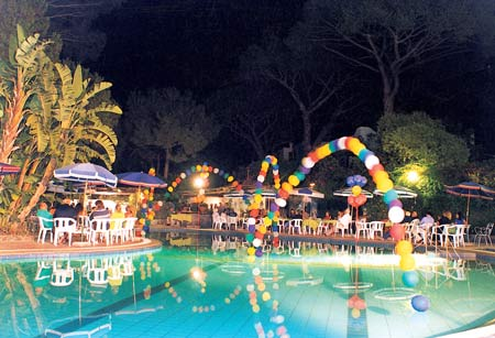 Vorrei un idea su come poter addobbare una piscina per for Candele per piscina